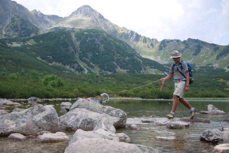 Górski turysta wkoszuli zkołnierzykiem