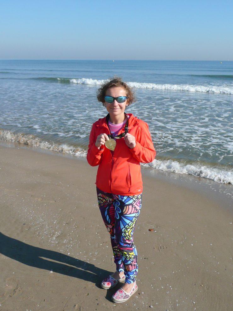 Morze, plaża, kobieta, medal, sportowo