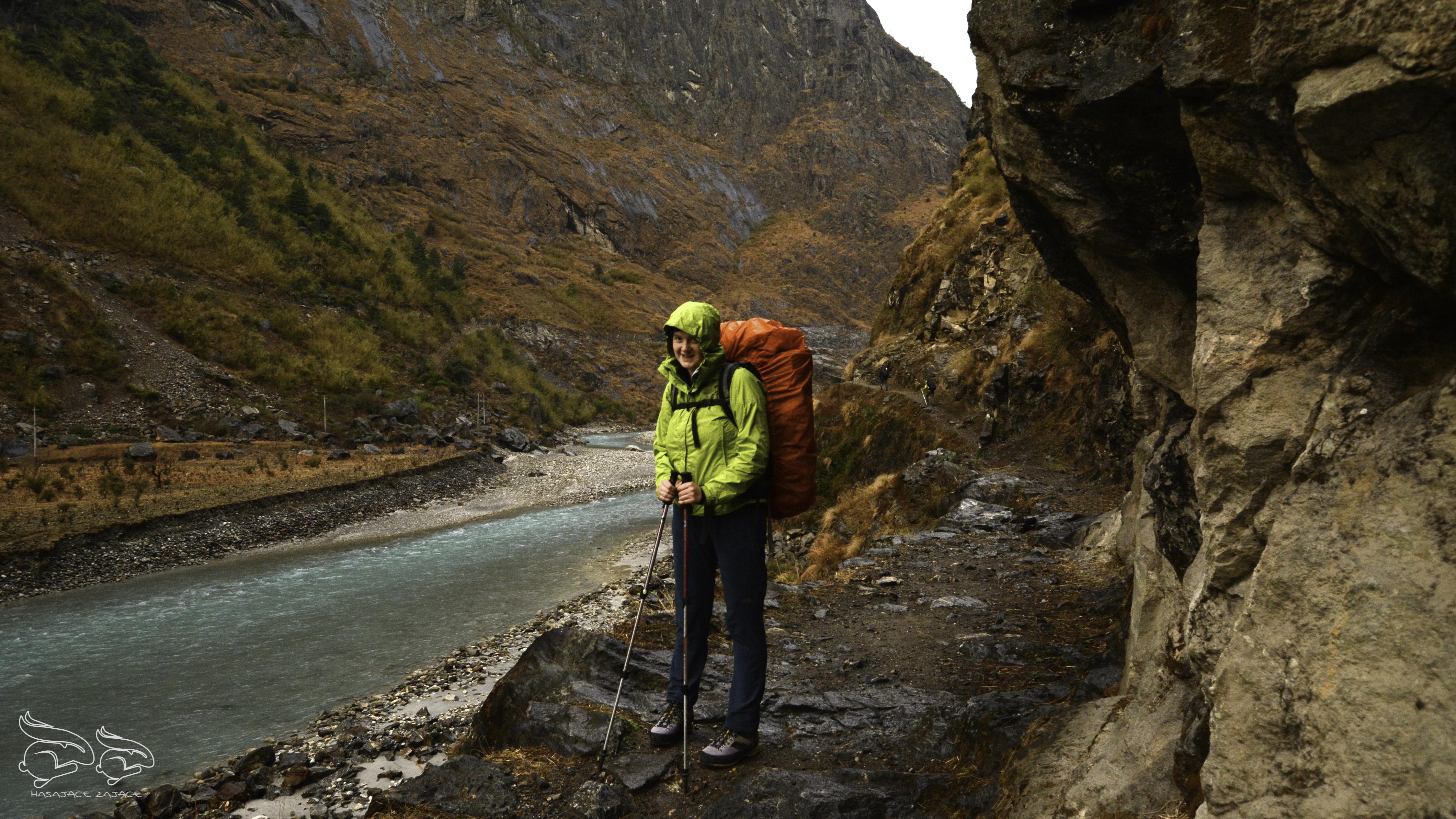 Pierwszy dzień trekkingu wokół Annapurny. Duszno, parno ipada.