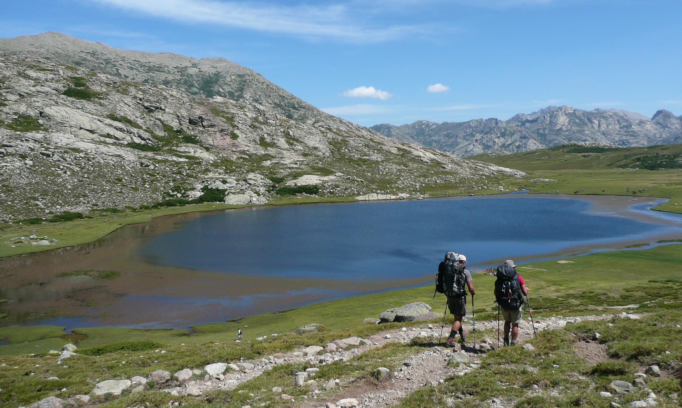 dwie postacie, woda, trawa, krajobraz, góry