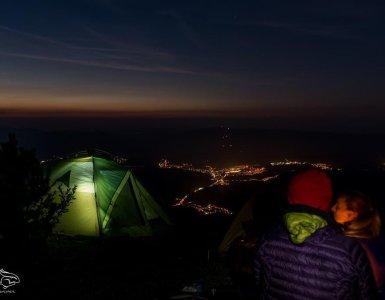 namiot, szczyt, noc, osoba, światła miasta