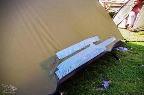 namiot, dziura, taśma,trawa