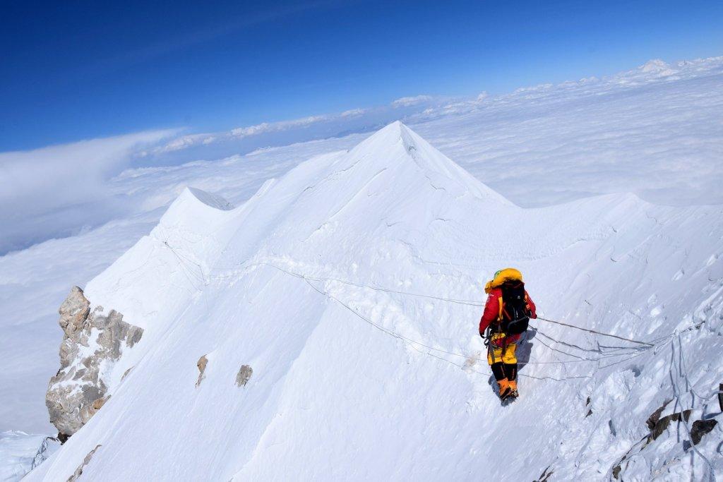 śnieg, szczyt, niebo, chmury, kobieta idzie zboczem