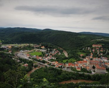 Widok z wzgóza na miasteczko, meandrująca rzeka.