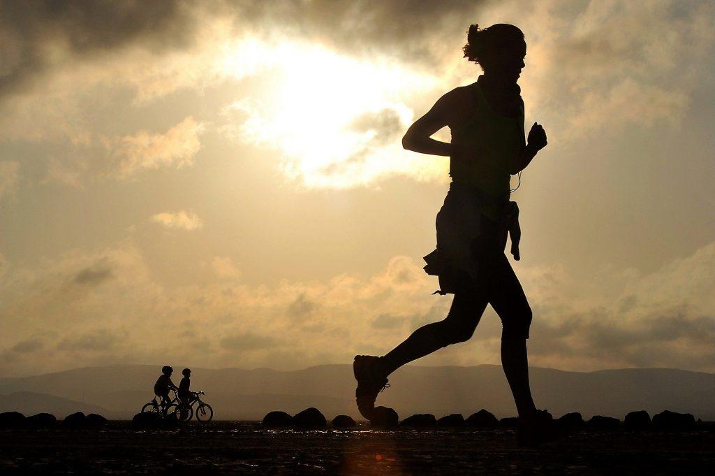 biegacz, chmury, ulica