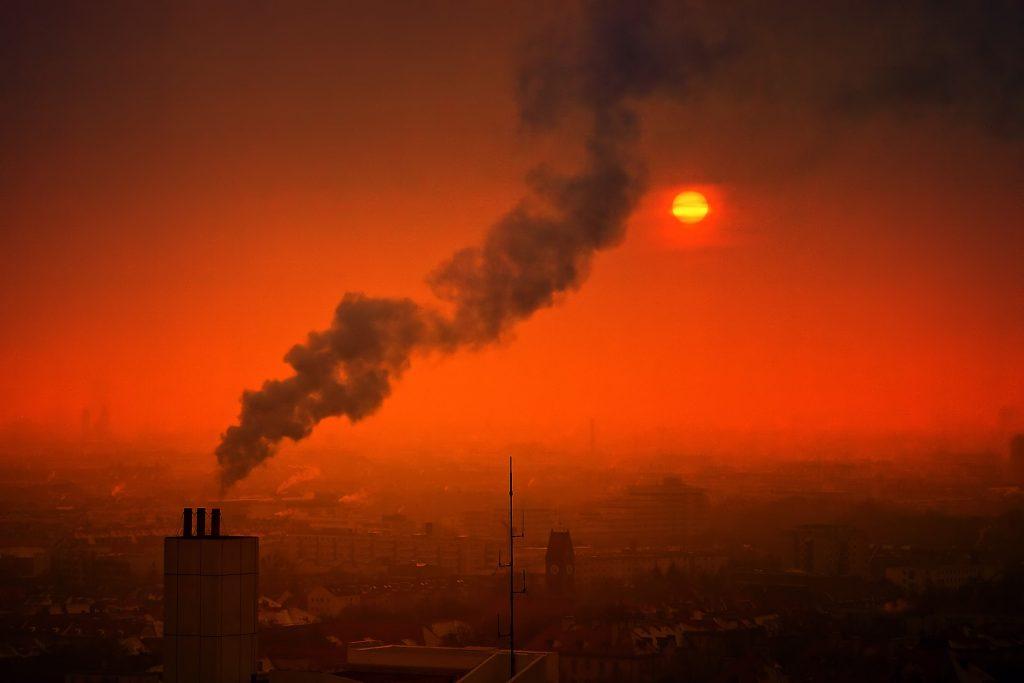 Zachód słońca, miasto, komin, dym