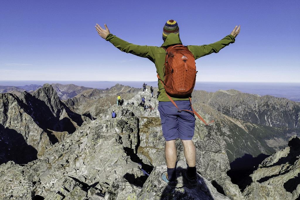 Mężczyzna ręce rozłożone naszczycie, góry