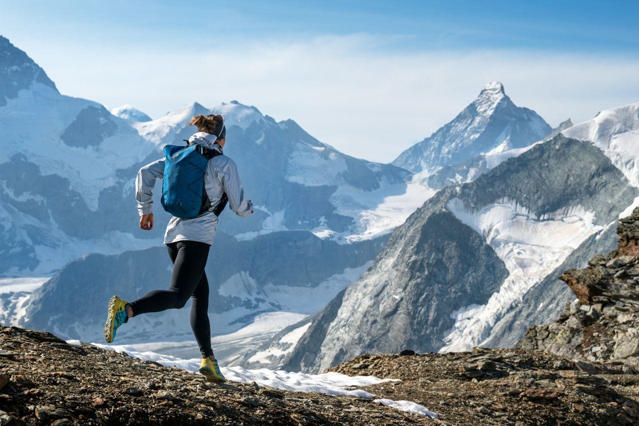 Odpowiednie obuwie, odzież chroniąca przedniekorzystną aurą, plecaki ułatwiające trening - topodstawowy ekwipunek każdego biegacza.