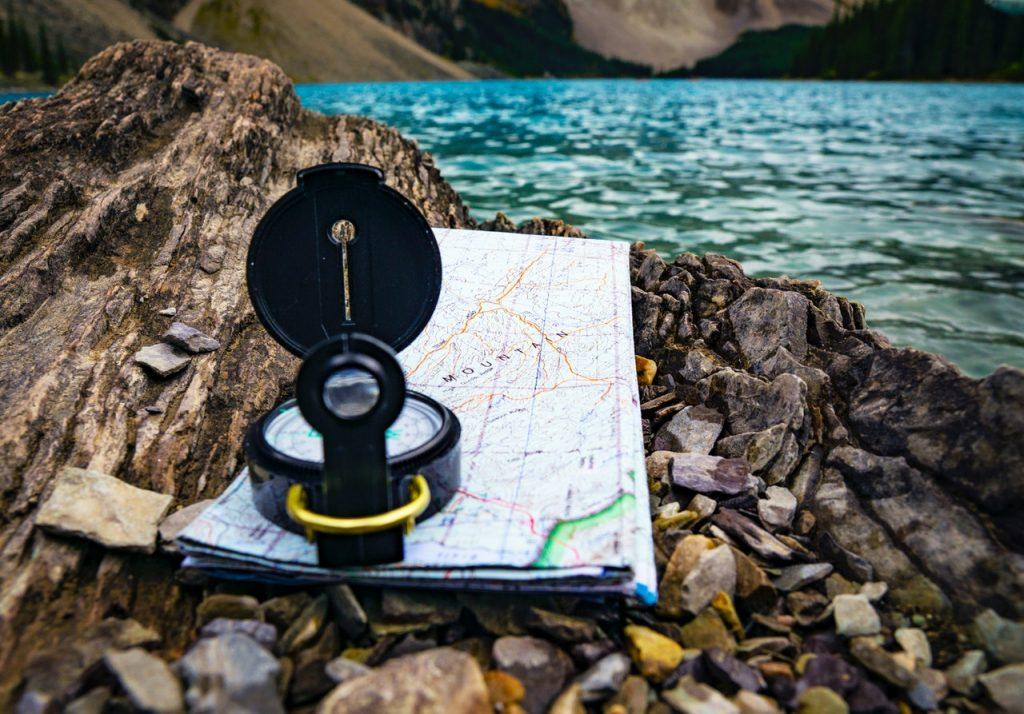 Kompas imapa - tych towarzyszy warto mieć przy sobie, gdypodróżujesz samotnie