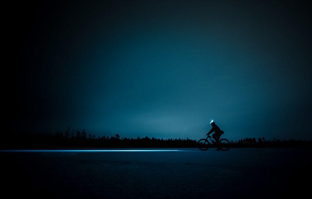 Nocne przejażdżki rowerowe będą bezpieczniejsze zczołówką nagłowie