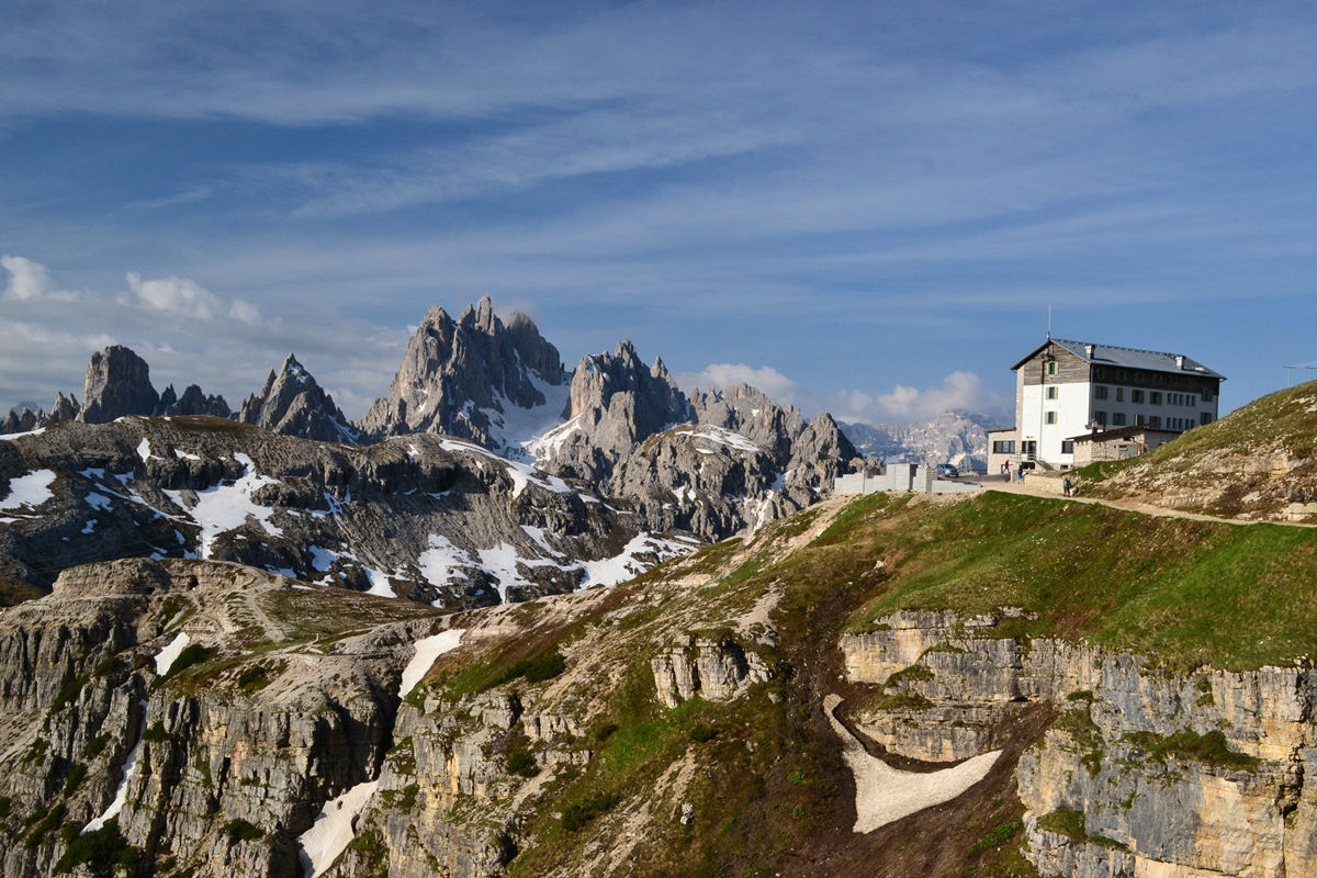 Dolomity kuszą bogatą siatką turystyczną, silną infrastrukturą kolei linowych ipełnymi wrażeń road tripami