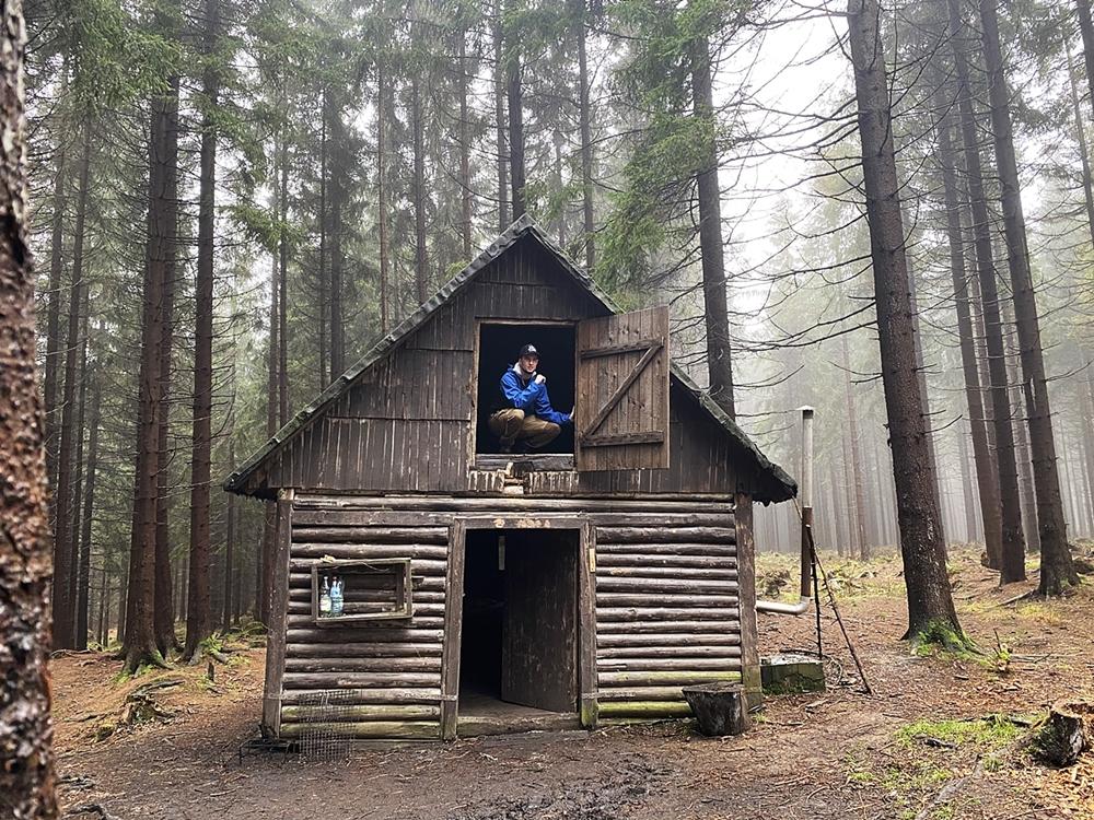 Osoby chcące stopniowo rozwijać swoje umiejętności bushcraftowe mogą wybrać jako cel swojego pierwszego obozu jeden zwielu dostępnych opuszczonych domków
