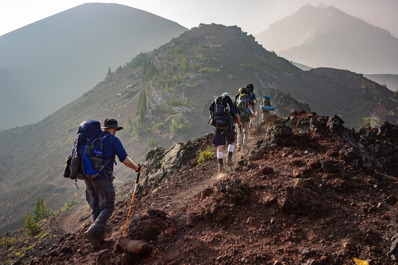 W trakcie górskiej wędrówki można łatwo zmienić długość kijów trekkingowych