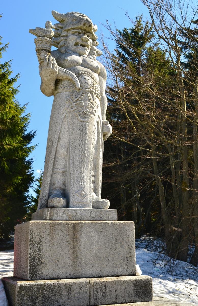 Po kilku minutach osiągamy ostatni wierzchołek, gdzie znajduje się charakterystyczny pomnik słowiańskiego bóstwa Radogosta