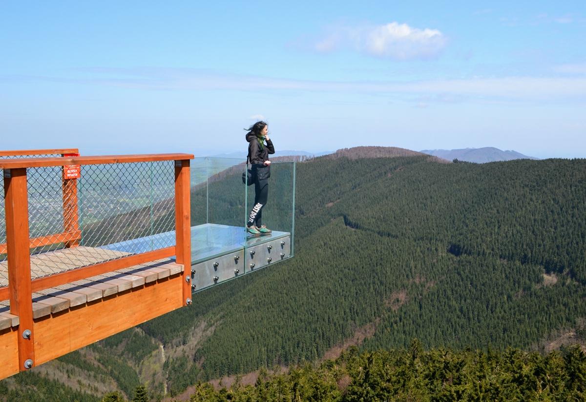 Skywalk, czyli szklany balkon zprzezroczystą podłogą zawieszony nawysokości 30 metrów. Pierwsze wejście napodest powoduje delikatne przyspieszenie bicia serca