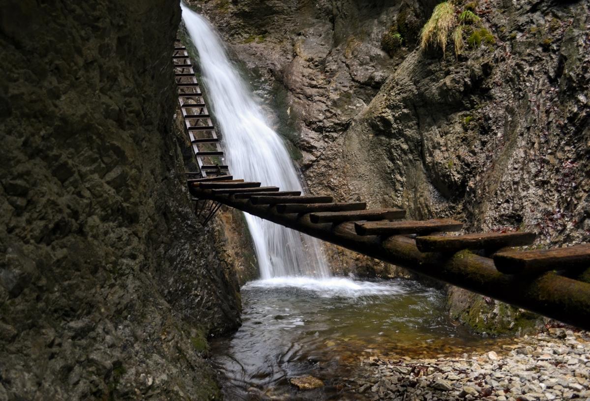 Potok płynie pełną parą, aokoło metr nadnim umieszczone są drewniane podesty