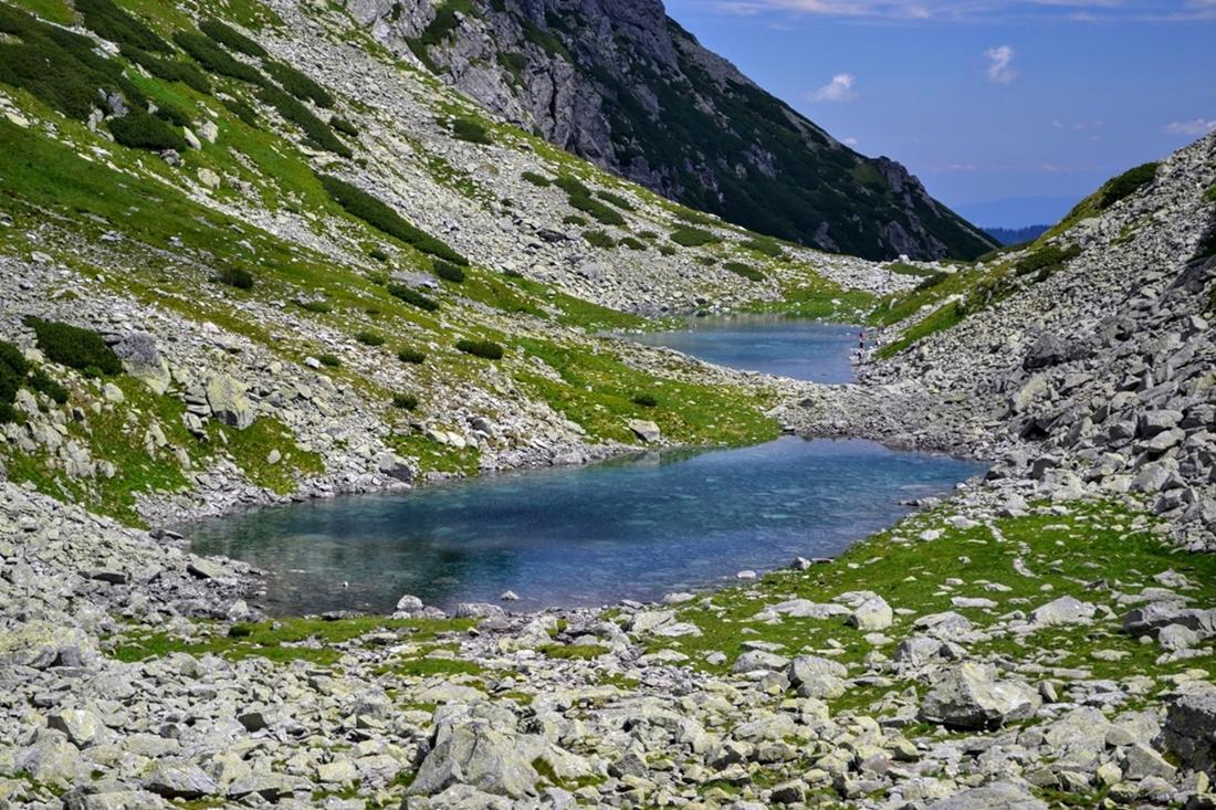 Genialnie prezentuje się tafla stawów iich krystaliczny kolor, którykontrastuje zsurowym otoczeniem doliny